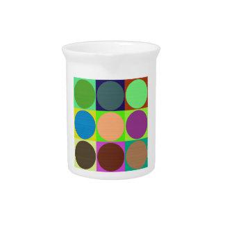 Círculos de color en cuadrados jarras de beber