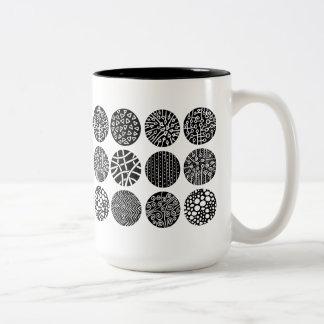 Círculos decorativos - blancos y negros taza de dos tonos