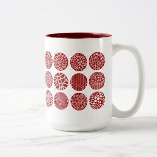 Círculos decorativos - rojo y blanco de rubíes taza de dos tonos