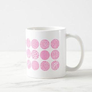 Círculos decorativos - rosa y blanco taza clásica