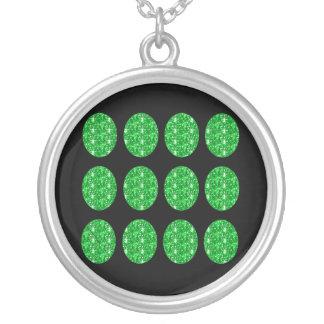 Círculos del brillo del verde del collar en negro