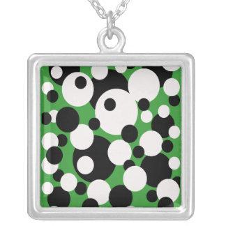 Círculos en blanco y negro en el collar verde