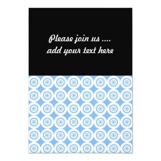 Círculos geométricos azul claro y blancos del invitación 12,7 x 17,8 cm