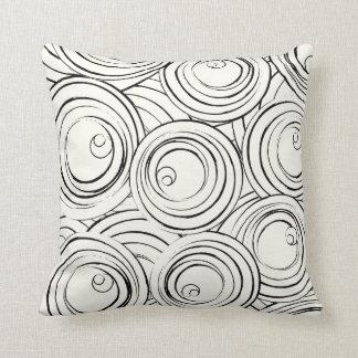 Círculos negros contemporáneos en la almohada de m