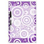 Círculos púrpuras retros enrrollados pizarra