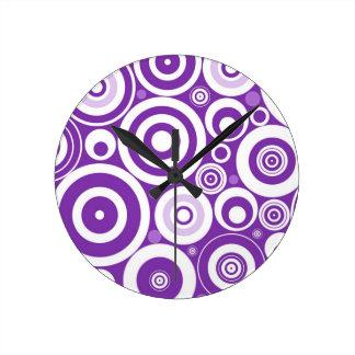 Círculos púrpuras retros enrrollados reloj de pared
