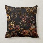 Círculos retros en modelo del arte negro almohada
