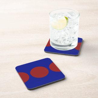 Círculos rojos en azul posavasos de bebida