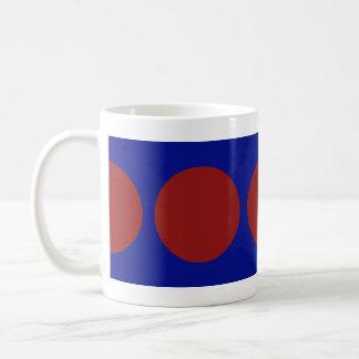 Círculos rojos en azul taza