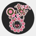 Círculos rosados del cráneo y de la flor pegatinas redondas