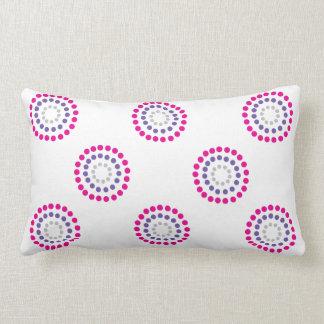 Círculos rosados y púrpuras en la almohada lumbar