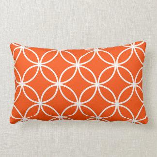 Círculos traslapados del diseño moderno en naranja cojín