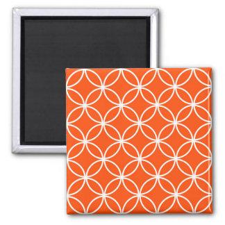Círculos traslapados del diseño moderno en naranja imán cuadrado