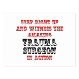 Cirujano asombroso del trauma en la acción tarjeta postal
