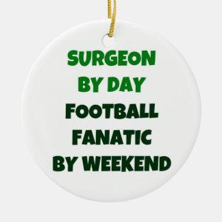 Cirujano del fanático del fútbol del día por fin adorno navideño redondo de cerámica