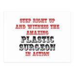 Cirujano plástico asombroso en la acción tarjetas postales