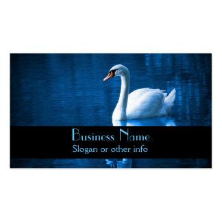 Cisne blanco bonito que flota en un lago azul tarjeta personal