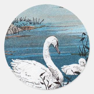 Cisne blanco elegante con el bebé pegatina redonda