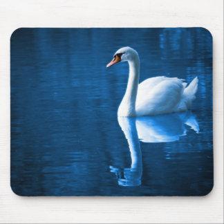 Cisne blanco en las aguas azules Mousepad