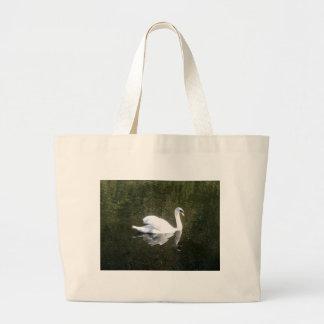 Cisne blanco hermoso que refleja en el río bolsa tela grande