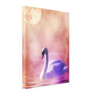 Cisne blanco que flota en un lago brumoso lienzo envuelto para galerías