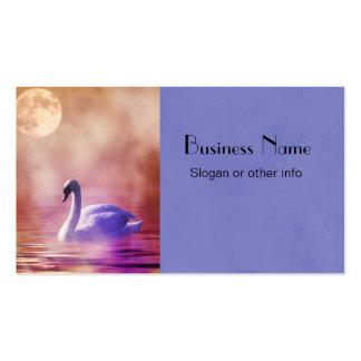 Cisne blanco que flota en un lago brumoso tarjetas de visita