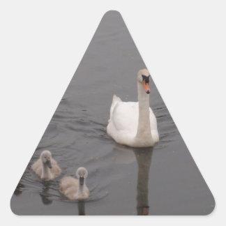 Cisne con los pollos del cisne pegatina triangular