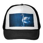 Cisne en el lago del azul gorros bordados