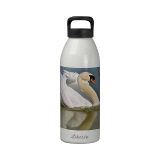 Cisne mudo en el agua botella de agua
