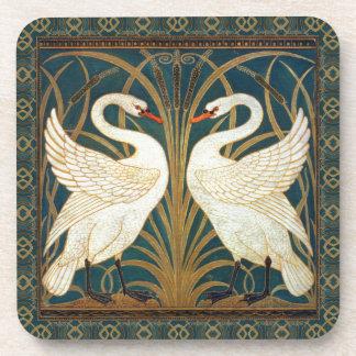 Cisne, precipitación e iris de la grúa de posavaso