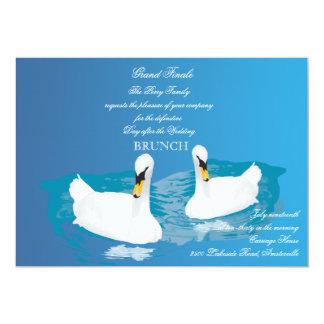Cisnes blancos que casan la invitación del brunch