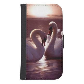 Cisnes cariñosos que forman un corazón fundas billetera para teléfono