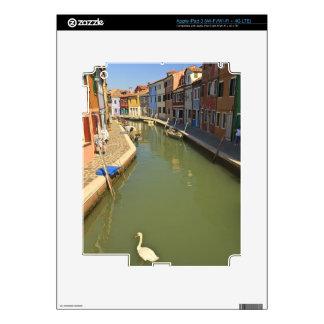 Cisnes en el canal, isla de Burano, Venecia, Itali iPad 3 Pegatina Skin
