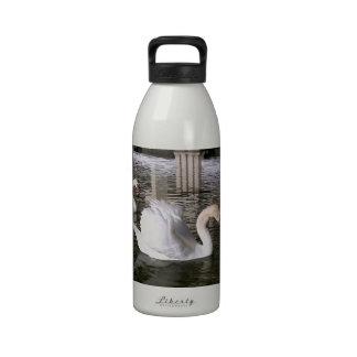 Cisnes mudos en el agua botella de beber