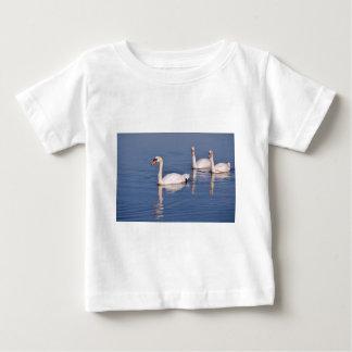 Cisnes mudos que nadan playera de bebé