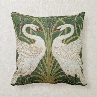Cisnes, precipitación y iris por la grúa de almohadas