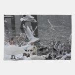 cisnes y gaviotas en la nieve toalla de cocina