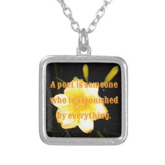 Cita amarilla macra del poeta de la fotografía de collar plateado