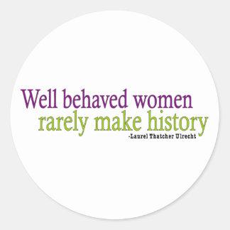 Cita bien comportada de las mujeres pegatina redonda