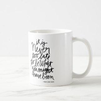 Cita blanco y negro nunca demasiado última de la taza básica blanca