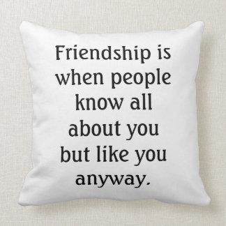 Cita chistosa de la amistad cojín