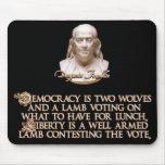 Cita de Ben Franklin: 2 lobos y un cordero bien ar Tapetes De Ratón
