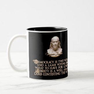 Cita de Ben Franklin: 2 lobos y un cordero bien Taza Dos Tonos