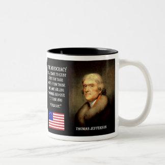 Cita de Jefferson - la democracia cesará… Taza Dos Tonos