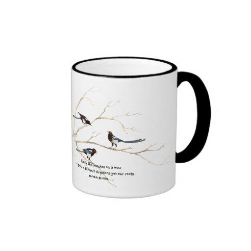 Cita de la familia con la familia de pájaro de la  taza de café