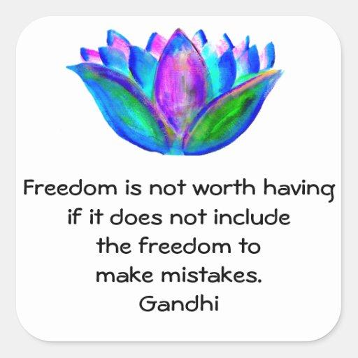Cita de la libertad de Gandhi con la foto del flor Calcomanía Cuadradas Personalizada