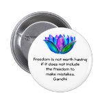 Cita de la libertad de Gandhi con la foto del flor Pin