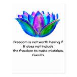 Cita de la libertad de Gandhi con la foto del flor Postales