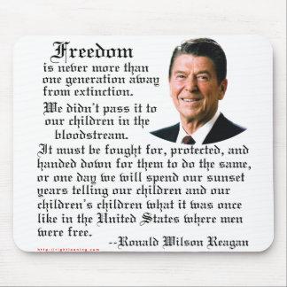 Cita de la libertad de Reagan Tapetes De Ratón
