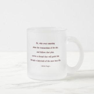 Cita de la mañana de Victor Hugo - él, que cada… Taza De Café Esmerilada